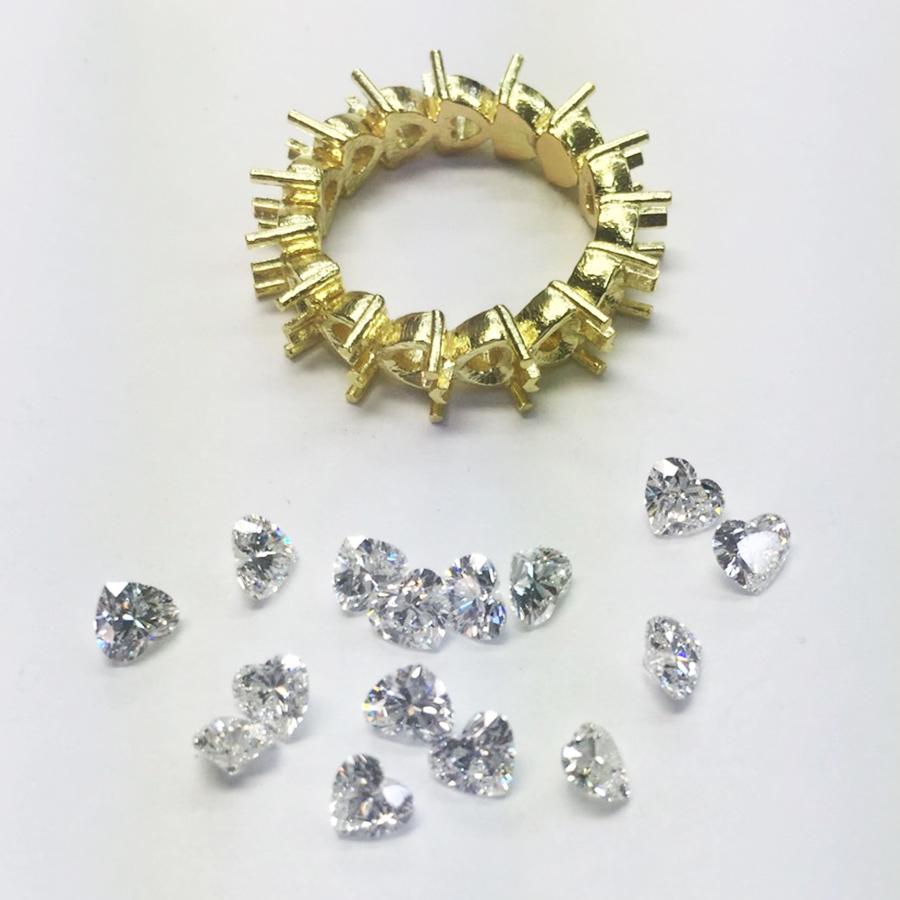 指輪の型枠に石をはめる仕事