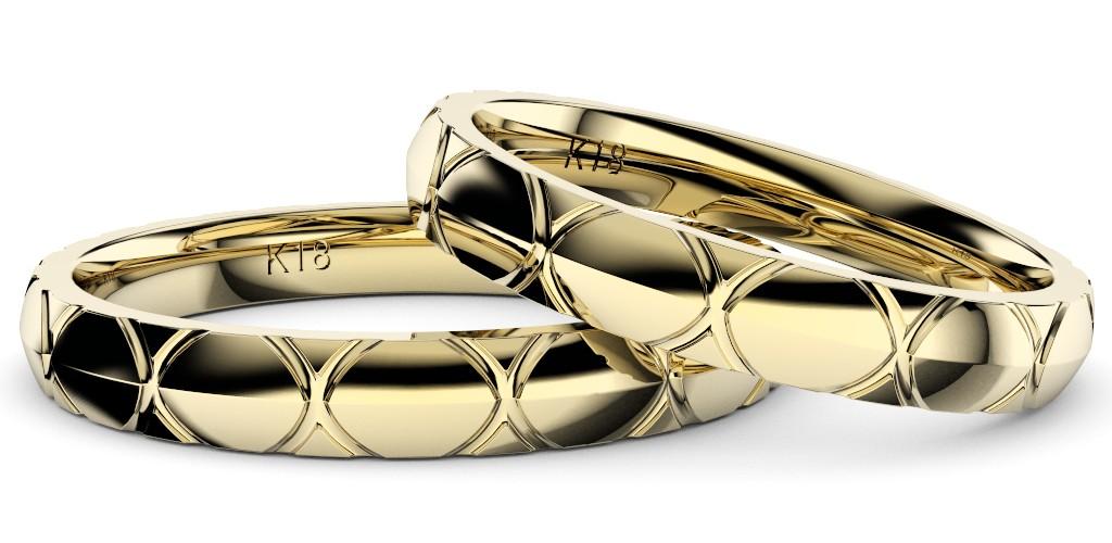 シンプルで個性的な結婚指輪、2019年新作デザイン・トルテュ・ド・メール、リング素材はイエローゴールド、ペアで重ね置きした拡大した写真