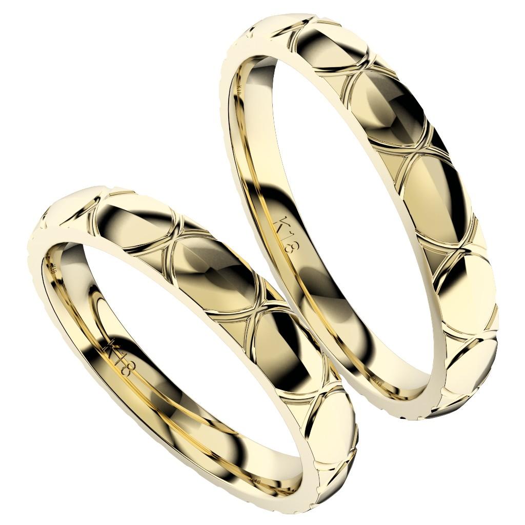 シンプルで個性的な結婚指輪、2019年新作デザイン・トルテュ・ド・メール、リング素材はイエローゴールド、ペアで縦置き斜めからの写真