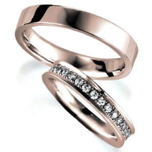 ピンクゴールドのペア結婚指輪、女性用はエタニティリング、男性用は平打ち内甲丸