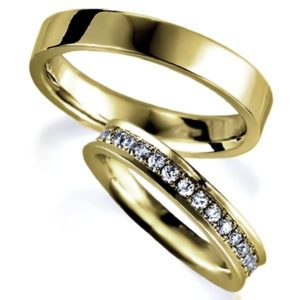 イエローゴールドのペア結婚指輪、女性用はパヴェ風にダイヤモンド入り、男性用は平打ち内甲丸