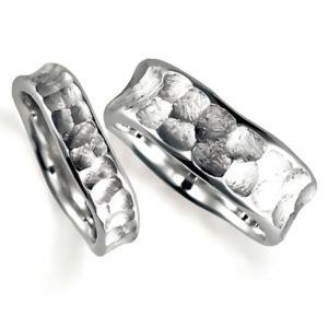 プラチナのペア結婚指輪、表面は槌目