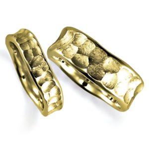 石なしイエローゴールドのペア結婚指輪、表面は槌目