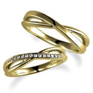 イエローゴールドのペア結婚指輪、女性用はパヴェ風にダイヤモンド入り、クロスデザイン