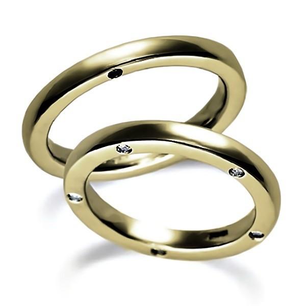 サイドにダイヤがある結婚指輪、イエローゴールドのペア結婚指輪