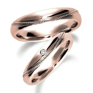 ピンクゴールドの甲丸、ミルうち加工のペア結婚指輪、女性用ダイヤモンド入り