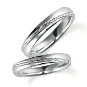 プラチナで甲丸、イエローゴールドでミルうち加工のペア結婚指輪、女性用ダイヤモンド入り