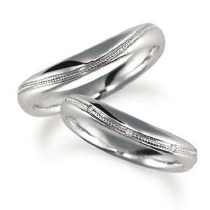 プラチナでエミルうち加工のペア結婚指輪、ウエーブデザイン、女性用ダイヤモンド入り