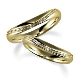 イエローゴールドでミルうち加工のペア結婚指輪、ウエーブデザイン、女性用ダイヤモンド入り