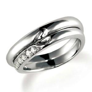 合わせるとハートになるプラチナのペア結婚指輪。女性用のみダイヤモンド入り