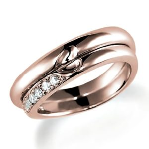 合わせるとハートになるピンクゴールドのペア結婚指輪、ウエーブデザイン。女性用のみダイヤモンド入り