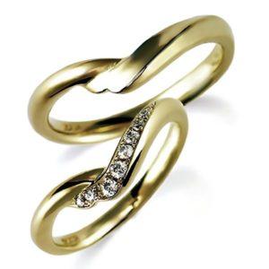 ピンクゴールドのペア結婚指輪、ひねり腕デザイン。女性用のみダイヤモンド入り
