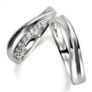 S字・プラチナのペア結婚指輪、ウエーブデザイン。女性用のみダイヤモンド入り、男性用はミルうち加工あり