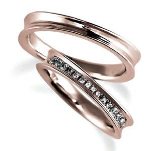 ピンクゴールドのペア結婚指輪、逆甲丸。女性用のみダイヤモンド入り