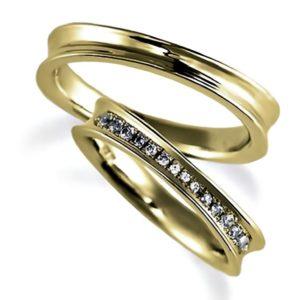 イエローゴールドのペア結婚指輪、逆甲丸。女性用のみダイヤモンド入り