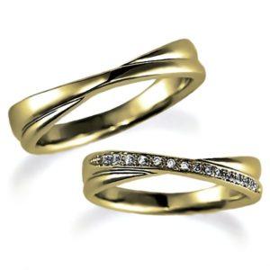イエローゴールドのペア結婚指輪、クロスデザイン。女性用のみダイヤモンド入り