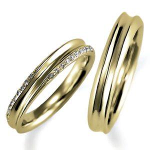 イエローゴールドのペア結婚指輪、逆甲丸リング、女性用のみダイヤモンド入り