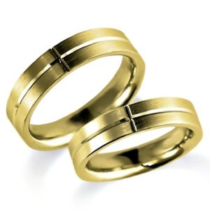 石なしイエローゴールドのペア結婚指輪、平打ち内甲丸、男女ともシンプル