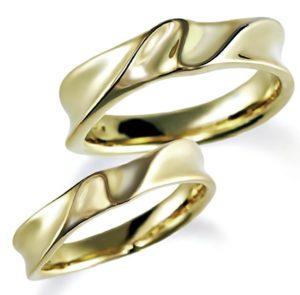 石なしイエローゴールドのペア結婚指輪、男女ともシンプル