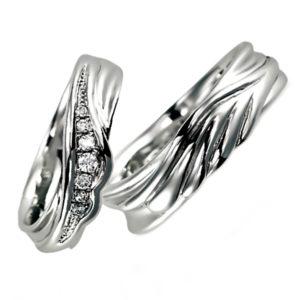 プラチナのペア結婚指輪、女性用にはダイヤモンド入り、男性用はシンプル
