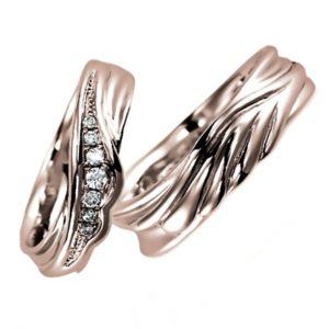 ピンクゴールドのペア結婚指輪、女性用にはダイヤモンド入り、男性用はシンプル