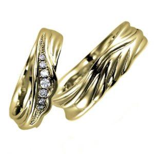 イエローゴールドのペア結婚指輪、女性用にはダイヤモンド入り、男性用はシンプル