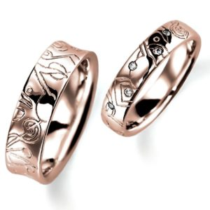 石なし花彫りのピンクゴールドの結婚指輪、女性用にはダイヤモンド入りの甲丸、男性用はシンプルな逆甲丸、どちらも彫り加工あります