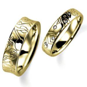 石なし花彫りのイエローゴールドの結婚指輪、女性用にはダイヤモンド入りの甲丸、男性用はシンプルな逆甲丸、どちらも彫り加工あります