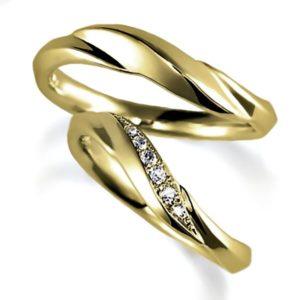 イエローゴールドのペア結婚指輪、抱き合わせアーム似アーム、女性用はダイヤモンド入り