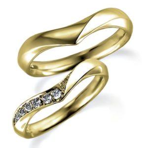 イエローゴールドのペア結婚指輪、V字アーム、女性用はダイヤモンド入り