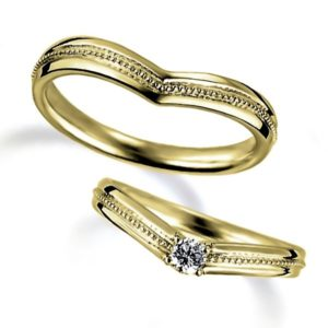 イエローゴールドのペア結婚指輪、V字アームデザイン、