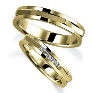 イエローゴールドのペア結婚指輪、平打ち内甲丸、リング外側は特殊な形状