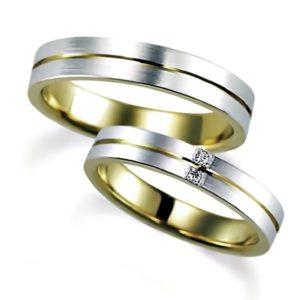 イエローゴールドのペア結婚指輪、外側はプラチナ、女性用はダイヤモンド2個、男性用はダイヤモンドなし、指輪の中央にグルリとライン(溝)が入っている、