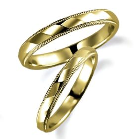 石なしイエローゴールドのペア結婚指輪、両方ともミルうち加工を施しています。