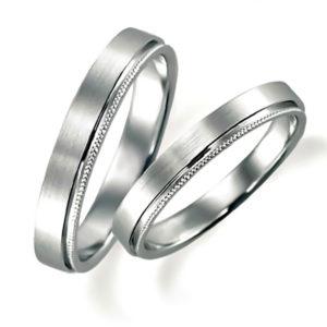 石なしプラチナのペア結婚指輪、平打ち内甲丸、片側だけミルうち加工、