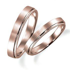 ピンクゴールドのペア結婚指輪、平打ち内甲丸、片側だけミルうち加工、