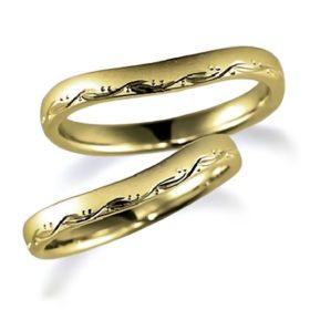石なしイエローゴールドのペア結婚指輪、一部に彫り加工