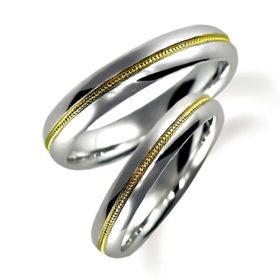 プラチナのペア結婚指輪、センターにイエローゴールドを使い、そこのミルうち加工
