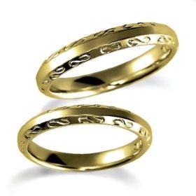 石なしイエローゴールドのペア結婚指輪、甲丸リングに彫り加工