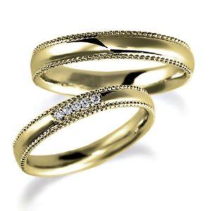 イエローゴールドのペア結婚指輪・甲丸リング、ダイヤ4個入とシンプル、ミルうち加工