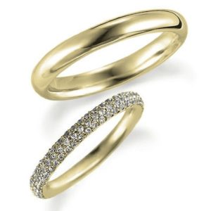 イエローゴールドのペア結婚指輪・甲丸リングとエタニティリング
