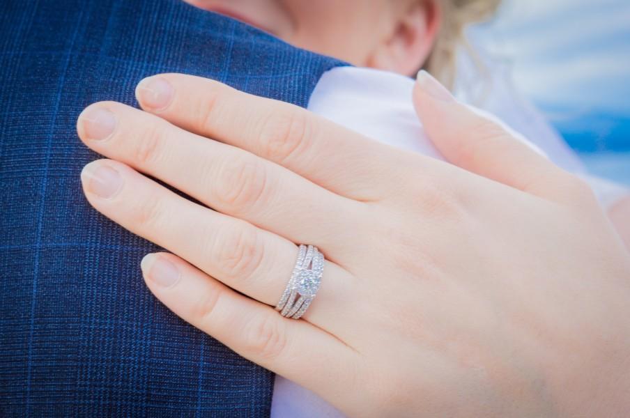 結婚指輪をはめているところ